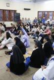 Soeurs des missionnaires du ` s de Mère Teresa de la charité et des volontaires de partout dans le monde à la masse dans la Chamb Images libres de droits