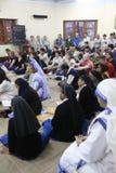 Soeurs des missionnaires du ` s de Mère Teresa de la charité et des volontaires de partout dans le monde à la masse dans la Chamb Photo stock