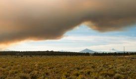 Soeurs dramatiques du coucher du soleil trois de fumée du feu de forêt de ciel Image stock