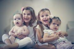 Soeurs et amour de frère Enfants Images stock