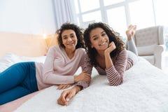 Soeurs extrêmement heureuses appréciant le temps gratuit à la maison Images stock