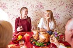 Soeurs heureuses au dîner de fête de thanksgiving de famille sur un fond clair Concept de célébration domestique Photo stock