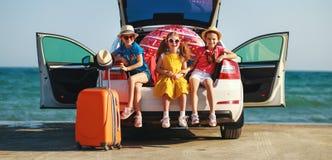 Soeurs heureuses d'amies d'enfants sur le tour de voiture au voyage d'?t? image stock