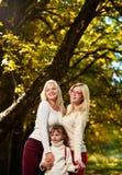Soeurs heureuses en parc Photographie stock libre de droits