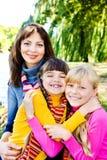 Soeurs heureuses et leur mère Images stock