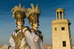 Soeurs jumelles masquées par or Images libres de droits