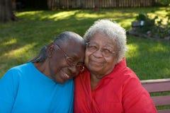 Soeurs mûres heureuses d'Afro-américain riant et souriant Photographie stock libre de droits