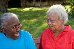 Soeurs mûres heureuses d'Afro-américain riant et souriant Photographie stock