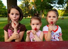 Soeurs mangeant la sucrerie Photos libres de droits