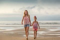 Soeurs marchant sur la plage image stock
