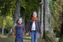 Soeurs marchant sur un chemin dans la forêt Photo stock