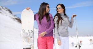 Soeurs mignonnes avec des surfs des neiges Images libres de droits