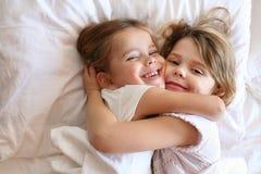 Soeurs partageant des moments de l'amour Image stock