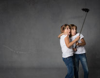 Soeurs prenant le selfie avec l'appareil-photo image stock