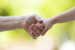 Soeurs retenant des mains Photo libre de droits