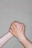 Soeurs retenant des mains Image stock