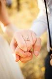 Soeurs retenant des mains Justmarried dans l'amour Photos stock