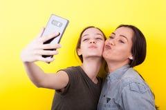 Soeurs riantes et de sourires heureuses prenant un selfie Photo stock