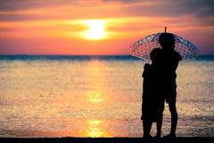 Soeurs tristes et frère se tenant sur la plage Image stock