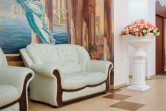 Sofà bianco con gli elementi di legno Fotografie Stock Libere da Diritti