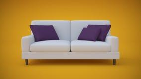 Sofà bianco con i cuscini porpora in studio giallo Fotografia Stock