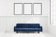 Sofà blu scuro in una stanza con tre manifesti illustrazione di stock