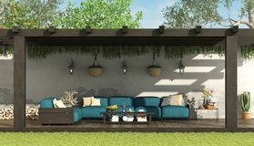 Sofà blu sotto una pergola di legno illustrazione di stock