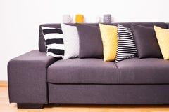 Sofà con i cuscini Fotografie Stock