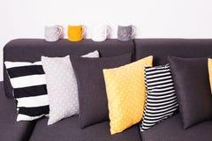 Sofà con i cuscini Fotografia Stock