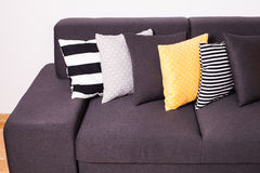 Sofà con i cuscini Fotografia Stock Libera da Diritti