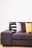 Sofà con i cuscini Immagini Stock Libere da Diritti