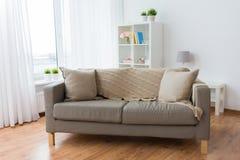 Sofà con i cuscini al salone domestico accogliente fotografia stock