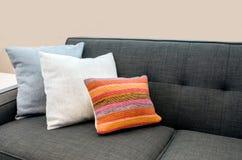 Sofà con i cuscini colourful Fotografie Stock Libere da Diritti
