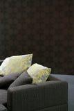 Sofà con i cuscini gialli Fotografia Stock