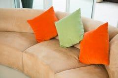 Sofà con i cuscini variopinti nel salone Fotografia Stock Libera da Diritti