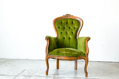 Sofà d'annata verde di lusso di stile nella stanza d'annata Fotografie Stock