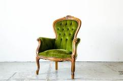 Sofà d'annata verde di lusso di stile nella stanza d'annata Immagini Stock Libere da Diritti