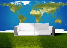 Sofà dello strato su erba verde 3d-illustration Elementi di questo imag Fotografie Stock