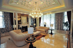 Sofà di colore giallo del salone della villa Immagine Stock
