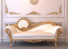 Sofà di cuoio lussuoso con il blocco per grafici Fotografie Stock Libere da Diritti