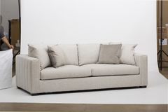 Sofà di Seater di bianco due - strato bianco di due Seater immagini stock