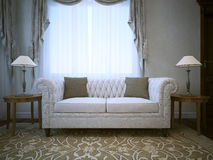 Sofà di tela bianco del cotone con le lampade da entrambi i lati delle tavole Fotografia Stock