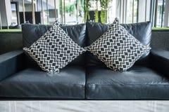 Sofà e cuscini in salone Fotografia Stock Libera da Diritti