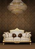 Sofà e lampadario a bracci barrocco in appartamento di lusso Fotografia Stock