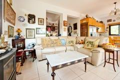 Sofà e pranzo-vagone angolari nell'interiore Fotografia Stock
