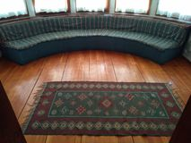 Sofà e tappeto rotondi fotografie stock libere da diritti