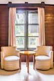 Sofà gemellati del tessuto del classico e tavola rotonda di legno Fotografia Stock