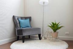 Sofà grigio di lusso del tweed con il cuscino blu in salone Fotografia Stock Libera da Diritti