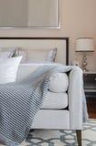 Sofà grigio di lusso su tappeto in camera da letto di lusso immagine stock