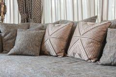 Sofà grigio moderno con i cuscini fotografie stock libere da diritti